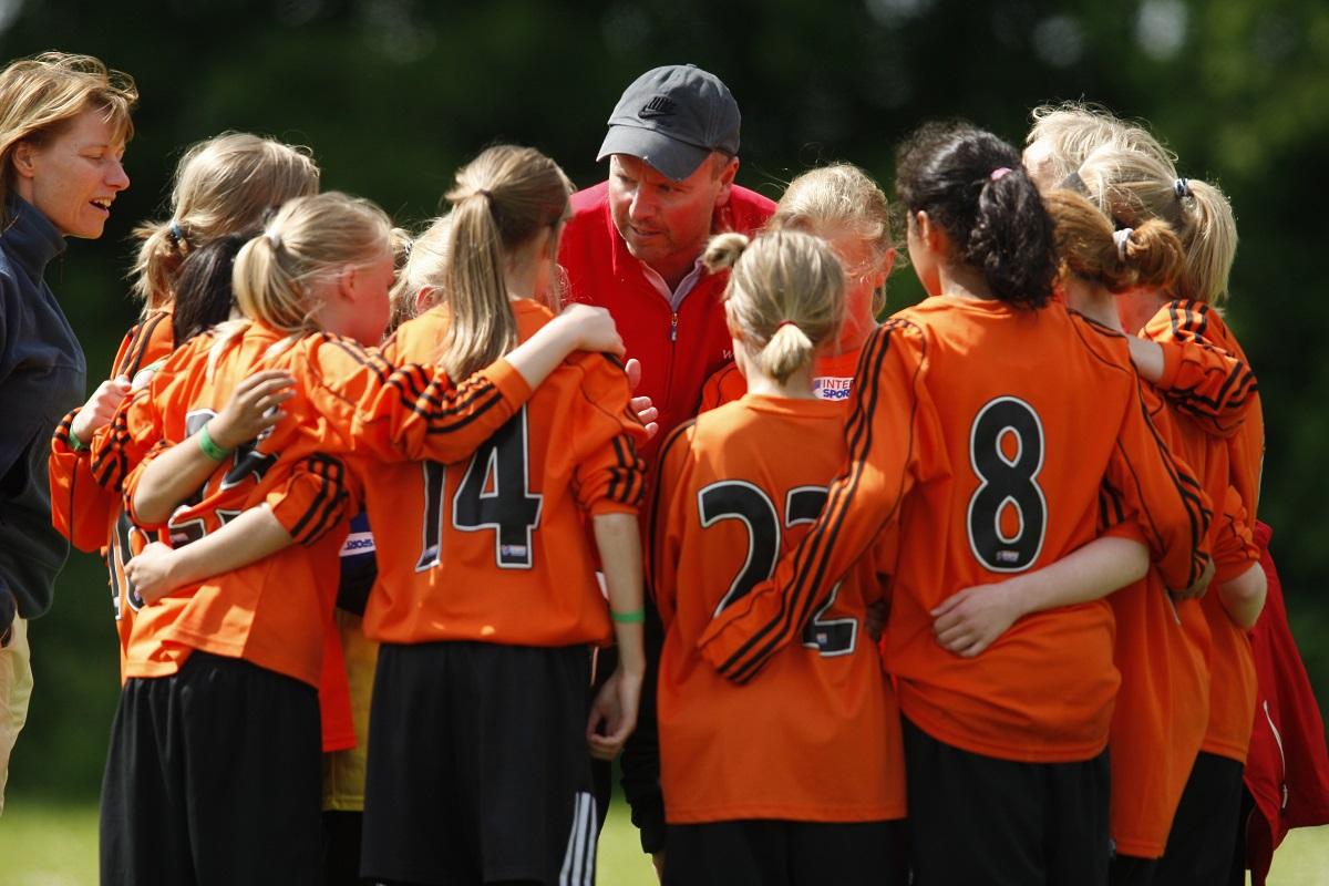 Der Trainer bereitet sein Team auf das Turnier am Gardasee vor.